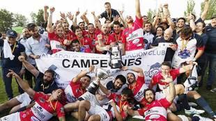 Los jugadores del VRAC Quesos Entrepinares celebran el título de Liga...
