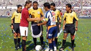 Totti y Jesús Arellano se saludan previo al juego