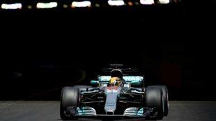Hamilton sale del túnel.