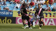 Ángel consigue disparar pese a la presión de Amaya y otro jugador...