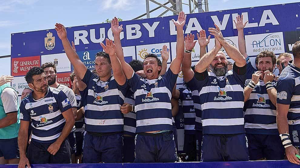 Los jugadores de La Vila celebran el ascenso a División de Honor en...