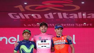 Dumoulin, en el centro; Nairo Quintana a su derecha y Nibali a su...
