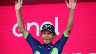 Nairo Quintana subiendo al segundo cajón del podio final del Giro.