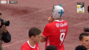 Raúl Jiménez celebra el primer gol ante su afición