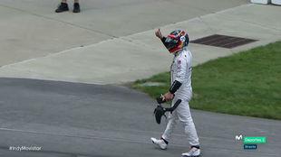 Alonso saluda al público tras retirarse de la carrera por avería...