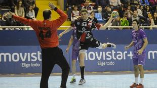'Javi' Muñoz lanza ante Hombrados en un partido de la Liga...