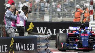 Carlos Sainz pasa junto a un grupo de fot�grafos en el circuito de...