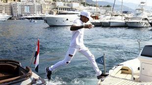Lewis Hamilton salta de un barco a otro en el puerto deportivo de...