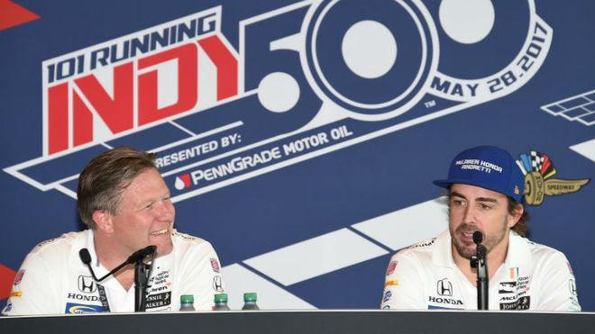 Fernando Alonso, en rueda de prensa con Zak Brown tras la carrera del...
