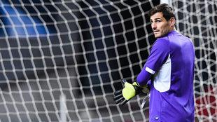 Iker Casillas realiza ejercicios de calentamiento antes de medirse al...