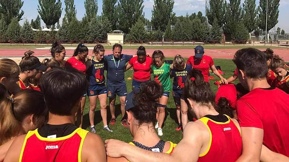 José Antonio Barrio, rodeado por sus jugadoras antes de un...