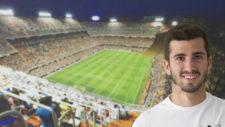 Jos� Luis Gay� posa delante de una fotograf�a de Mestalla.
