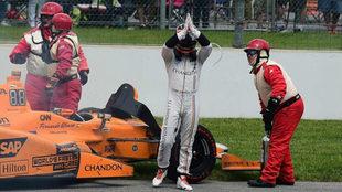 Alonso agradece el apoyo al público de Indianápolis, que le...