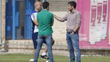 Láinez charla con Lalo y Jose Mari Barba antes del entrenamiento de...