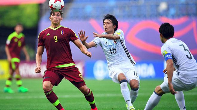Ronaldo Pena y Yuta Nakayama disputan un balón.