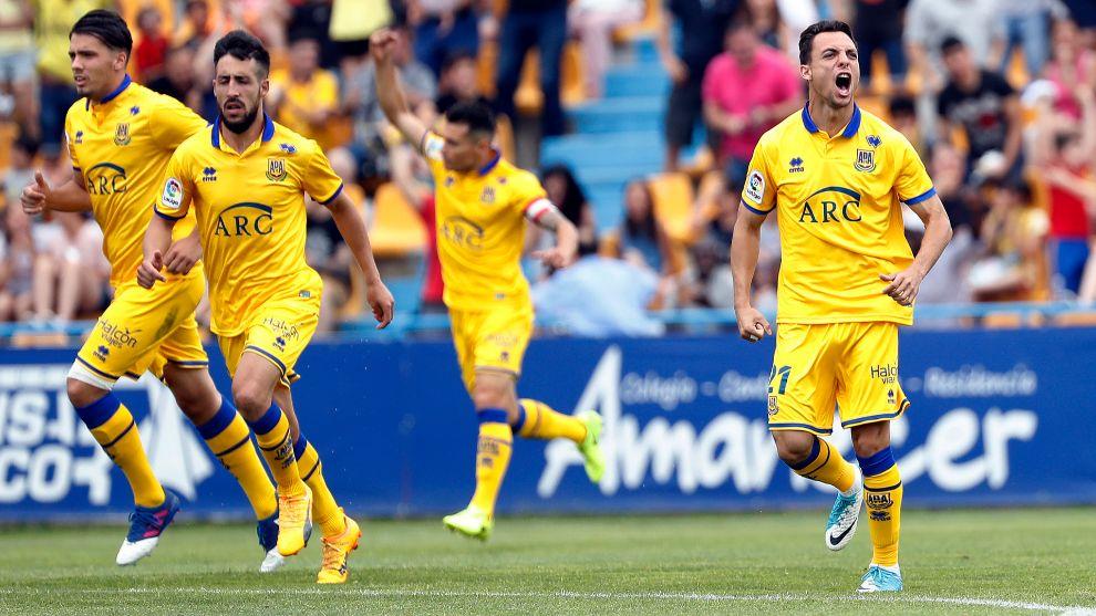 Jugadores del Alcorcón durante el partido ante el Tenerife