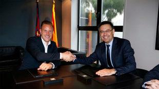 Ter Stegen posa con Bartomeu durante la firma de su renovaci�n.