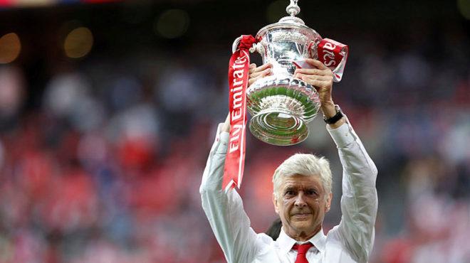 Wenger levanta la FA Cup que le ganaron al Chelsea el sábado.