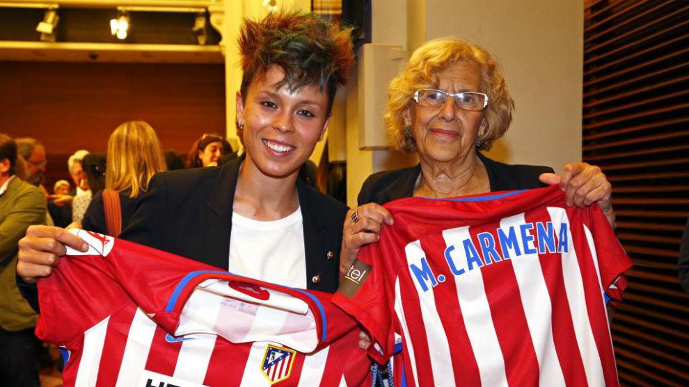 Amanda Sampedro posa junto a Manuela Carmena con camisetas del...