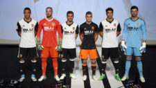 Los jugadores del Valencia, con los nuevos dise�os de camisetas para...