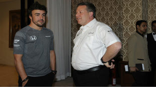 Fernando Alonso y Zak Brown.