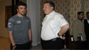 Fernando Alonso y Zak Brown.
