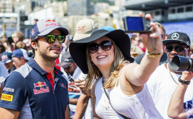 Sainz, con una fan en Mónaco.