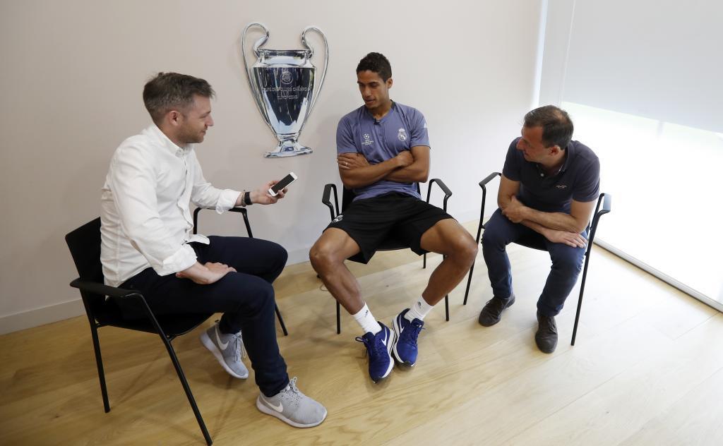 Varane posa para MARCA durante la entrevista