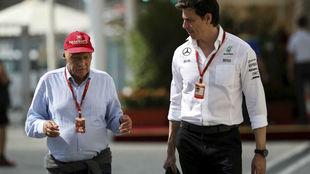 Niki Lauda y Toto Wolff charlan en el pasado GP de Abu Dabi.