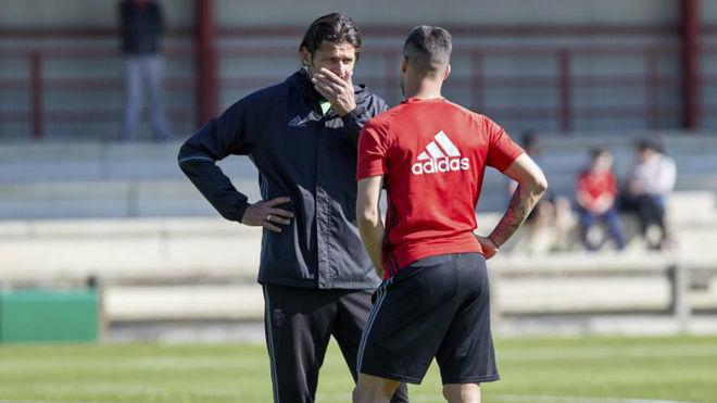 Petar Vasiljevic habla con Sergio León en un entrenamiento de...