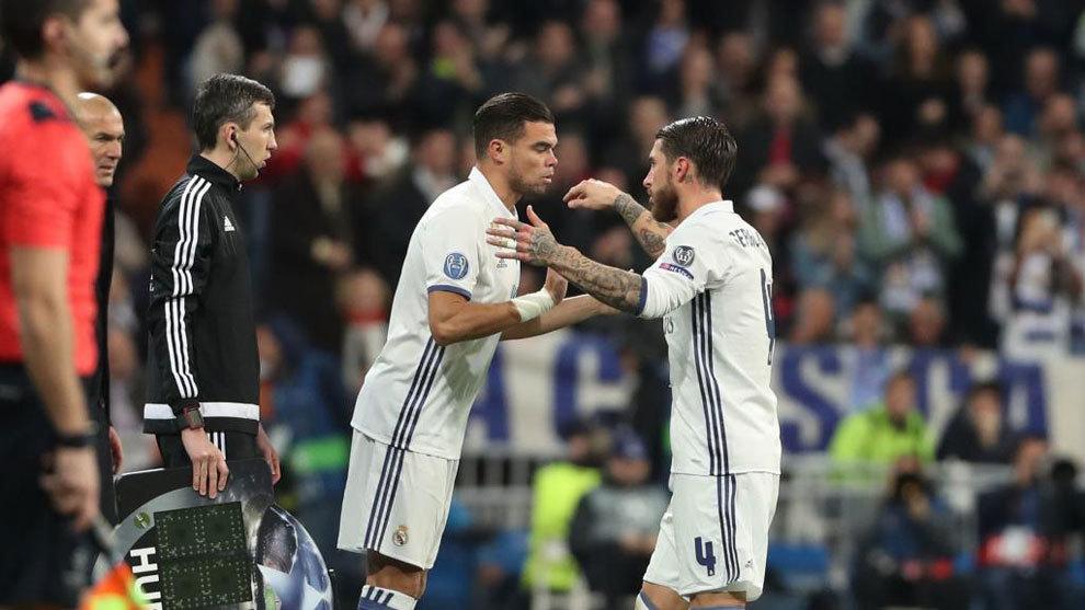 Pepe entra al campo en lugar de Sergio Ramos durante un partido de la...