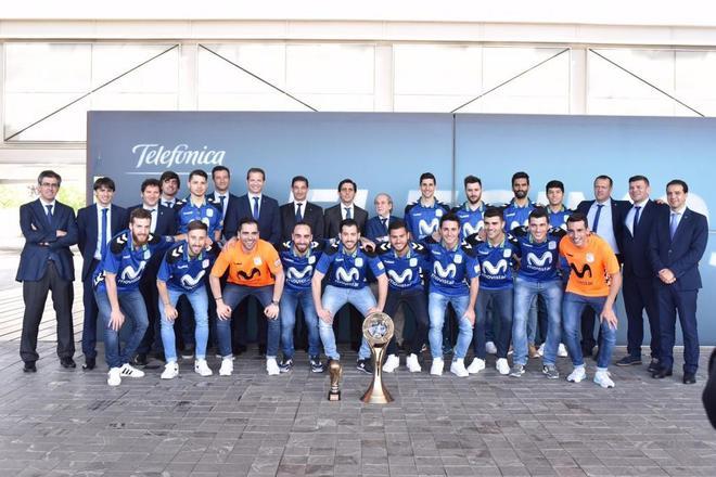 Los jugadores del Movistar, junto al cuerpo técnico y los directivos...