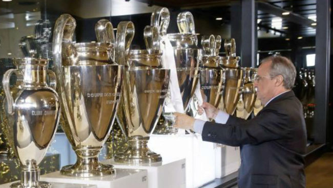 Florentino colocando en la sala de prensa la �ltima Champions blanca.