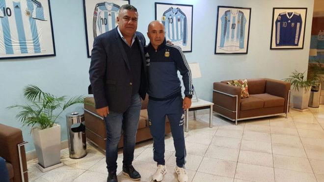 Sampaoli posa con Tapia, presidente de la AFA.