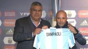 Sampaoli posa con la camiseta de Argentina.