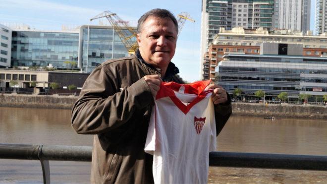 Daniel Bertoni posa con su camiseta del Sevilla para la entrevista con...