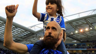 Bruno celebra el ascenso a la Premier junto a su hija.