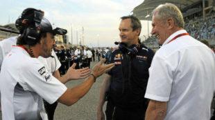 Alonso charla con Paul Monaghan y Helmut Marko (dcha) en el GP de...
