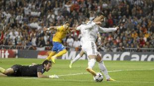 Ronaldo regatea a Buffon en el Real Madrid-Juventus de 2013.