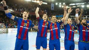 Los jugadores del Barcelona, celebrando su clasificación para la...