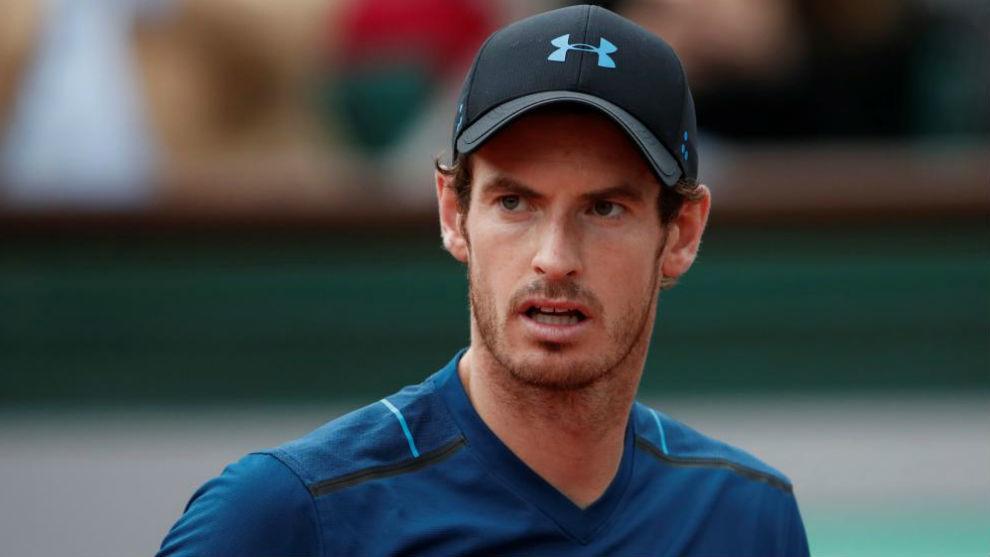 Murray mira al otro lado de la red