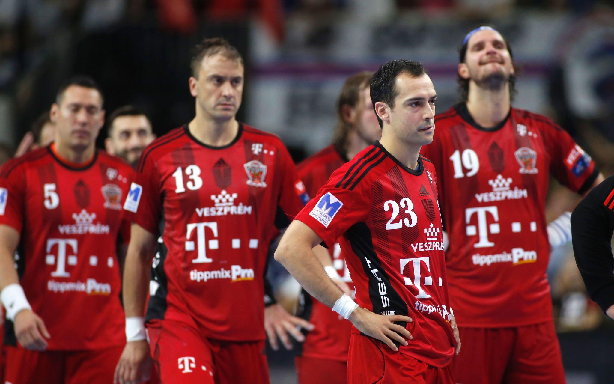 Los jugadores del Veszprem, tras su derrota.
