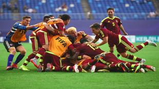 Los futbolistas de Venezuela celebran el gol en la prórroga ante...