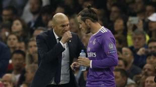 Gareth Bale charlando con Zidane