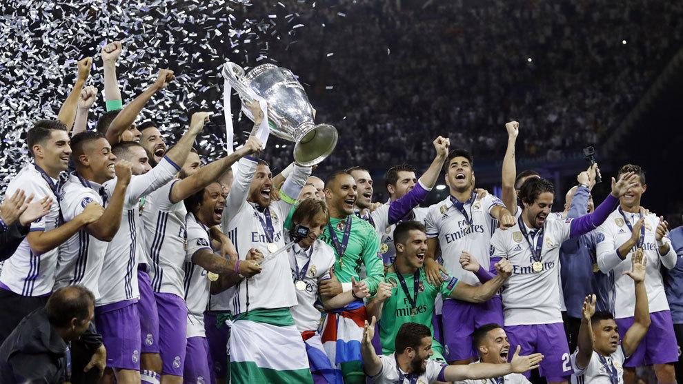 Los jugadores del Real Madrid levantan la copa
