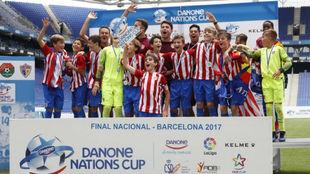 El Atlético de Madrid recogiendo el trofeo de campeón