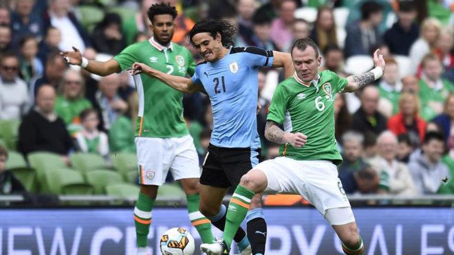 Cavani disputa un balón durante el amistoso entre Irlanda y Uruguay.