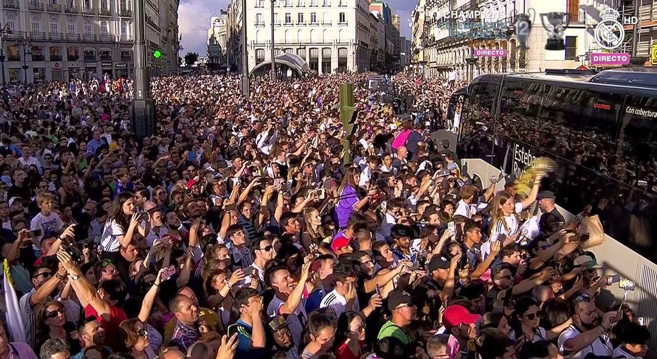 Real madrid celebra la duod cima en cibeles y en el for Puerta 53 bernabeu