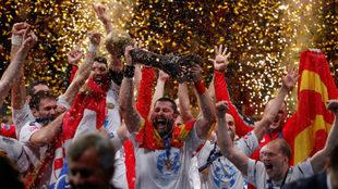 Los jugadores del Vardar alzan el trofeo de ganadores de la Liga de...