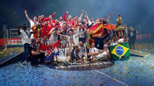 La plantilla del Vardar celebrando la consecución de la Liga de...